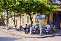 HOI, VIETNAM MARZO DE 2013: Los conductores del triciclo están esperando a pasajeros para viajar alrededor de Hoi, Vietnam Foto de archivo