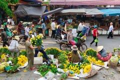 Hoi An, Vietnam - 12 Mei 2014: Bloemverkopers en voedselverkopers die producten verkopen bij Hoi An-markt Royalty-vrije Stock Fotografie