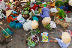 Hoi An, Vietnam - 13 Mei 2014: Bloemverkopers en voedselverkopers die producten verkopen bij Hoi An-markt Royalty-vrije Stock Fotografie