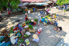 Hoi An, Vietnam - 13 Mei 2014: Bloemverkopers en voedselverkopers die producten verkopen bij Hoi An-markt Royalty-vrije Stock Afbeeldingen