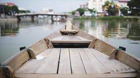 Hoi An, Vietnam - Mei 10, 2018: Mening van de boot in Hoi An Ancient Town, neus van de boten op de Thu Bon-rivier in Hoi stock videobeelden