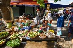 Hoi An, Vietnam - 12 Mei 2014: Vruchten en groentenverkopers die producten verkopen bij Hoi An-markt Royalty-vrije Stock Fotografie