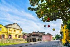 Hoi An Vietnam - September 02, 2013: Folket är i gatan runt om Japnaese täckte bron Arkivfoto