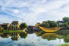 Hoi An Vietnam - September 02, 2013: Folket går runt om floden i morgonen Royaltyfria Bilder