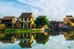 Hoi An Vietnam - September 02, 2013: Folket går runt om floden i morgonen Arkivbild