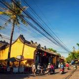 Hoi An Vietnam - September 02, 2013: Folket kör mopeden i gatan Royaltyfri Bild