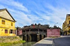 Hoi An Vietnam - September 02, 2013: Kvinnan är på den japan täckte bron Arkivfoton