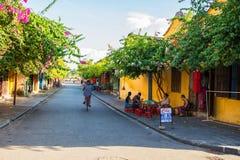 Hoi An Vietnam - September 02, 2013: Mannen kör en cykel i gatan Royaltyfria Foton