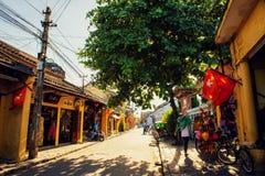Hoi An Vietnam - September 02, 2013: Turisten går i gatan i eftermiddagen Fotografering för Bildbyråer