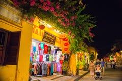 Hoi An Vietnam - September 01 - 2013: Turister går i gatan Fotografering för Bildbyråer