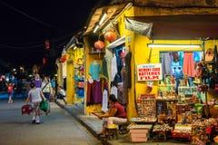 Hoi An Vietnam - September 01, 2013: Turister går i gatan på natten Arkivfoton