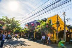 Hoi An Vietnam - September 02, 2013: Turisterna går i gatan Royaltyfri Fotografi