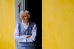 Hoi An/Vietnam, 12/11/2017 : Vieil homme vietnamien sage souriant et souhaitant la bienvenue à des personnes à sa maison avec les photographie stock