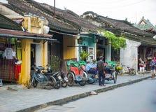 HOI, VIETNAME - CERCA DO novembro de 2011 - motorista ciclo tomam um resto e Imagem de Stock