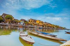 HOI, VIETNAME - 17 DE MARÇO DE 2017: Barcos tradicionais na frente da arquitetura antiga em Hoi An, Vietname Imagem de Stock Royalty Free