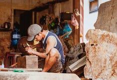 HOI, VIETNAME - 19 DE MARÇO DE 2017: Carpinteiro em Kim Bong rural, Vietname Imagem de Stock