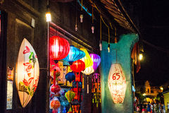 Hoi An, Vietname - 1º de setembro de 2013: As lanternas são iluminadas acima na porta da rua da loja Fotografia de Stock Royalty Free