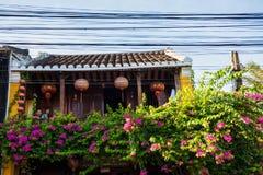 Hoi An, Vietname - 2 de setembro de 2013: O par está sentando-se no balcão da casa Fotografia de Stock