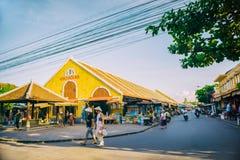 Hoi An, Vietname - 2 de setembro de 2013: Os turistas estão andando na rua no mercado de Hoi An Imagens de Stock
