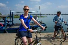 Hoi Wietnam, Kwiecień, - 21, 2018: Kaukaska dziewczyna jedzie rower przy rower wycieczką turysyczną w Hoi Zdjęcia Royalty Free