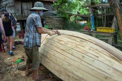 Hoi Wietnam, Kwiecień, - 21, 2018: Pracownik mleje łódź w łódkowatej fabryce w Hoi Fotografia Stock