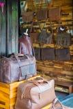 Hoi - Wietnam Mar 16: odziewać i torba robimy zakupy w Hoi anta Fotografia Royalty Free