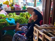 HOI WIETNAM, SIERPIEŃ, - 21, 2017: Wietnamskie kobiety sprzedający jedzenie na ulicie w Hoi, Wietnam Zdjęcia Royalty Free
