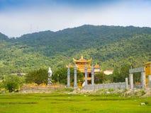 HOIAN,越南, 2017年9月, 04 :一个古庙的美丽的景色在horizont的,与在的一些绿草 免版税图库摄影