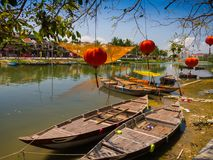 HOIAN,越南, 2017年9月, 04 :在古老建筑学前面的传统小船与红色灯笼在会安市 免版税库存照片