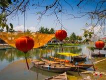 HOIAN,越南, 2017年9月, 04 :在古老建筑学前面的传统小船与红色灯笼在会安市 库存图片