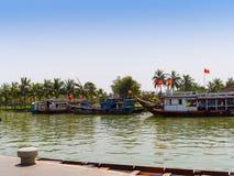 HOIAN,越南, 2017年9月, 04 :在古老建筑学前面的传统小船在会安市,越南 会安市是 免版税库存图片