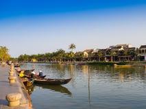 HOIAN,越南, 2017年9月, 04 :在古老建筑学前面的传统小船在会安市,越南 会安市是 库存照片