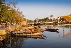 HOIAN,越南, 2017年9月, 04 :在古老建筑学前面的传统小船在会安市,越南 会安市是 库存图片
