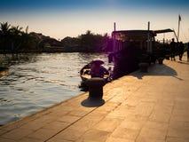 HOIAN,越南, 2017年9月, 04 :有日落的传统小船在会安市,越南点燃 会安市是世界` s 库存图片