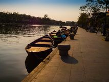 HOIAN,越南, 2017年9月, 04 :有日落的传统小船在会安市,越南点燃 会安市是世界` s 库存照片