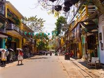 HOIAN,越南, 2017年9月, 04 :未认出的人民走在与老房子的街道视图的和五颜六色的lanters 免版税库存图片