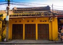 HOIAN,越南, 2017年9月, 04 :老黄色房子在会安市古镇,联合国科教文组织世界遗产 会安市是一个  免版税库存照片