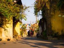HOIAN,越南, 2017年9月, 04 :走在有一些绿色和红色灯笼垂悬的街道的未认出的人民 库存照片