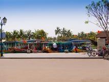 HOIAN,越南, 2017年9月, 04 :骑自行车和走在街道的未认出的人民在会安市古镇,联合国科教文组织 免版税图库摄影