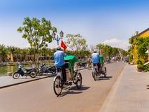 HOIAN,越南, 2017年9月, 04 :骑自行车和走在街道的未认出的人民在会安市古镇,联合国科教文组织 库存照片
