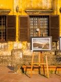 Hoian,越南- 2017年8月05日:艺术的室外博览会,在老房子前面的一些美好的图片在会安市 库存图片