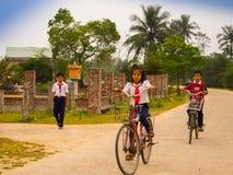 Hoian,越南- 2017年8月05日:骑自行车在路的未认出的孩子,回到家在会安市古镇,联合国科教文组织 库存图片