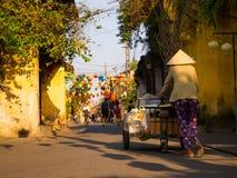 HOIAN, ΒΙΕΤΝΆΜ, 04 ΣΕΠΤΕΜΒΡΊΟΥ, 2017: Μη αναγνωρισμένοι άνθρωποι που περπατούν στην οδό με κάποια πράσινη και κόκκινη ένωση φαναρ Στοκ Εικόνες