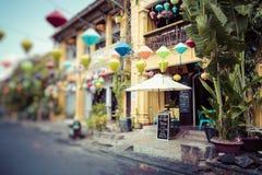 Hoian Oude rijtjeshuizen Kleurrijke gebouwen met feestelijke zijde royalty-vrije stock fotografie