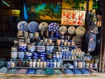 Hoian Vietnam - Augusti 05, 2017: Gemensamma traditionella krukmakeriprodukter på en shoppa i slagträTrang den forntida keramiska Royaltyfri Bild