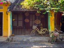 Hoian Vietnam - Augusti 20, 2017: Stäng sig upp av en cykel som parkeras på trädgården i uteplatsen, i ett hus i Hoi An den fornt Arkivfoto