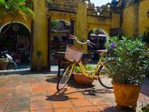 Hoian Vietnam - Augusti 20, 2017: Stäng sig upp av en cykel som parkeras på trädgården i uteplatsen, i ett hus i Hoi An den fornt Royaltyfria Bilder