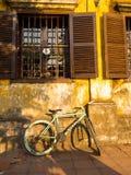 Hoian Vietnam - Augusti 20, 2017: Stäng sig upp av en cykel som parkeras på trädgården i uteplatsen, i ett hus i Hoi An den fornt Fotografering för Bildbyråer