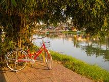 Hoian Vietnam - Augusti 20, 2017: Stäng sig upp av en röd cykel som parkeras i parkera, i Hoi An den forntida staden, i Vietnam Arkivbilder