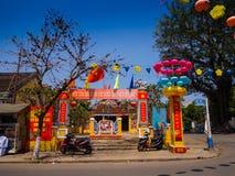 HOIAN VIETNAM, SEPTEMBER, 04 2017: Gatasikt med gamla hus och färgrika lanters som göras av papper, i forntida Hoi An Royaltyfri Foto